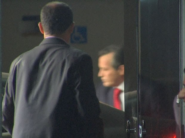 Governador Silval Barbosa deixa a sede da Polícia Federal em MT (Foto: Reprodução/TVCA)