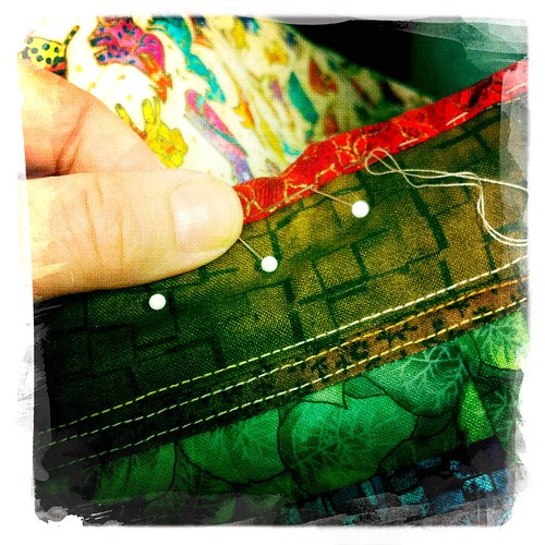 sewing on the binding :: lukkekant-sying