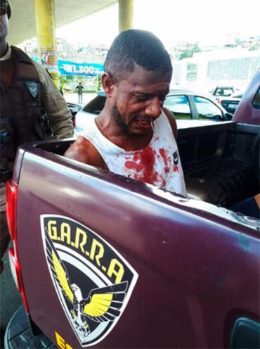 Suspeito foi levado por uma viatura da PM que passava pelo local - Foto: Jefferson Domingos | Ag. A TARDE