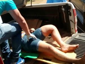 Mulher foi socorrida em caminhonete após sofrer acidente de moto por falta de ambulância (Foto: Site Espigão Alerta/ Reprodução)