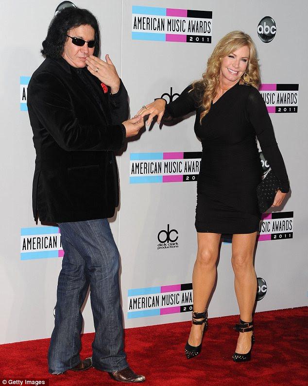 Jogar até as câmeras: Gene Simmons e sua esposa Shannon Tweed muck em torno de algumas fotos