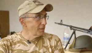 Ο Mark Paslawsky ποζάρει μπροστά στα όπλα του
