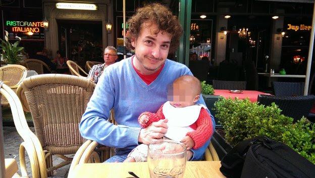 Alejandro Altisen, con su hijo, al que no ve desde que tenía 5 meses. :: r. c.