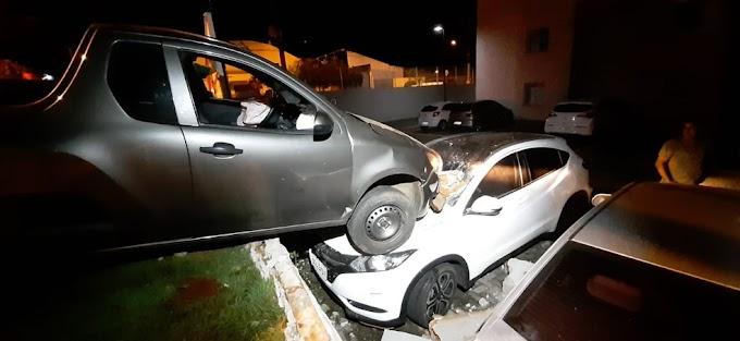 AUTO ESCOLA: Pisou no acelerador pensando que era o freio,  derrubou muro em cima de 3 carros