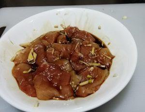 生油、甜醋、ニンニクで豚肉に下味