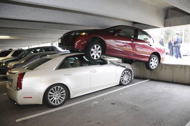 Em janeiro deste ano, um motorista se atrapalhou no momento de estacionar e acabou parando o carro em cima de outro veículo em Wellesley, no estado de Massachusetts (EUA). (Foto: Wellesley Police Department/AP)
