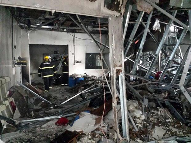 Com explosão, parte de galpão desmoronou em empresa (Foto: EPTV)