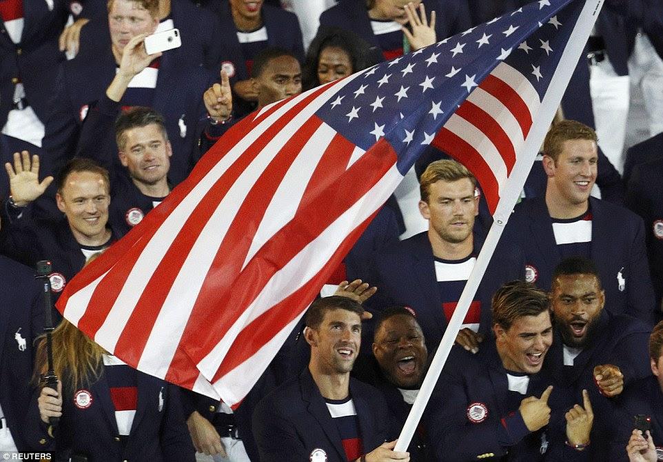 Michael Phelps levou a bandeira dos Estados Unidos durante a abertura dos Jogos Olímpicos Cerimônia de 2016 que começou no Rio na sexta à noite