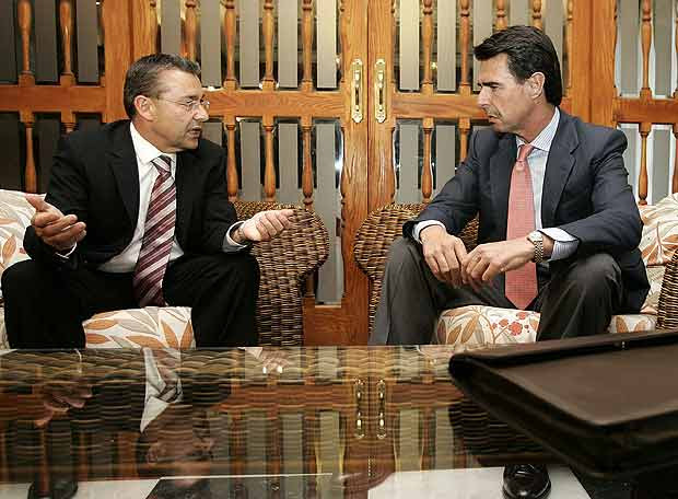 http://www.elpais.com/recorte/20070618elpepunac_18/LCO340/Ies/Rivero_Soria_reunidos_negociar_Gobierno_Canarias.jpg