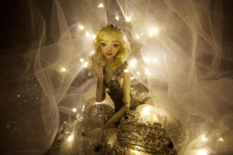 Elegantes bonecas lacrimejantes transmitem a complexidade das emoções humanas 19