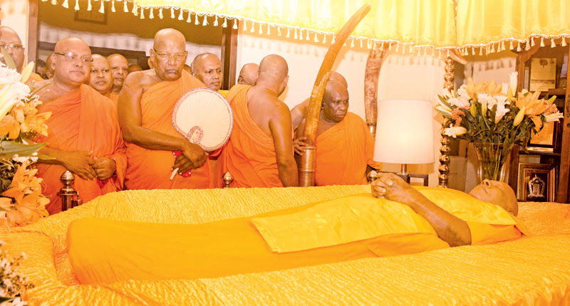 Members of the Maha Sangha pay their respects to the Most Ven. Bellanwila Wimalarathana Anunayake Thera. Pictures by Senevirathna Kahatapitiya, Boralesgamuwa Group Corr.