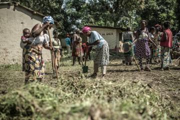 Un grupo de vecinos de Bloc Sara se organizan para limpiar su barrio y preparar su vuelta de los campos de desplazados.