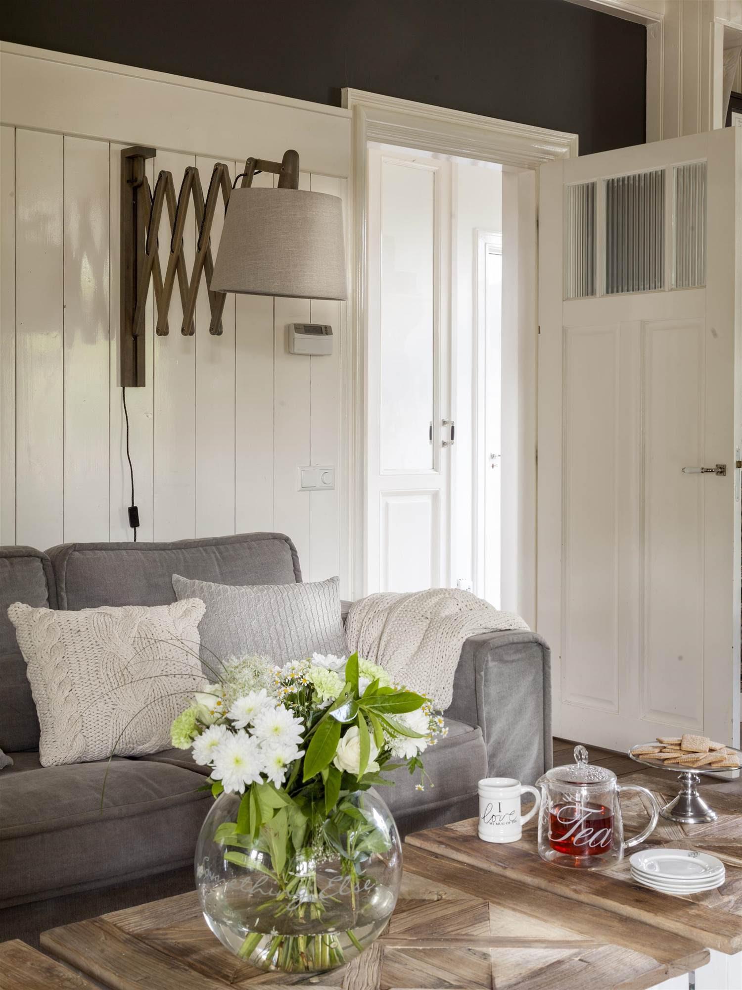 00409045_O. Salón con sofá gris, pared revestida de madera blanca y una gran lámpara sobre el sofá_00409045_O