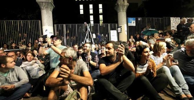 La afluencia de personas dispuestas a participar en el referéndum convocado para hoy por el Govern ha comenzado a crecer a partir de las 5 de la mañana ante los colegios y locales de Cataluña designados como puntos de votación, en respuesta al llamamiento