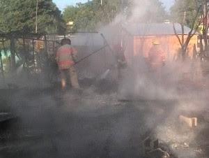 Fuego destruye tres casas en Estancia del Yaque Navarrete