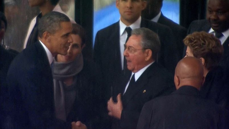 Poignée de main historique entre Barack Obama et Raul Castro à l'occasion des cérémonies organisées pour les funérailles du président sud-africain Nelson Mandela, le 10 décembre 2013 à Soweto.