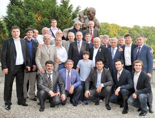 Делегация из Дагестана во главе с президентом РД на открытии памятника Али Алиеву. Фото с сайта федерации спортивной борьбы России www.wrestrus.ru