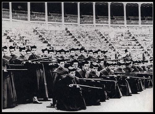 Seminaristas en la plaza de toros de Pamplona