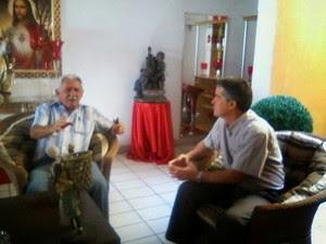 Na foto, o prefeito de Luís Gomes, Francisco Tadeu Nunes, com o médico Osmel Alberto Martinez  (Foto: Divulgação/Prefeitura de Luís Gomes)