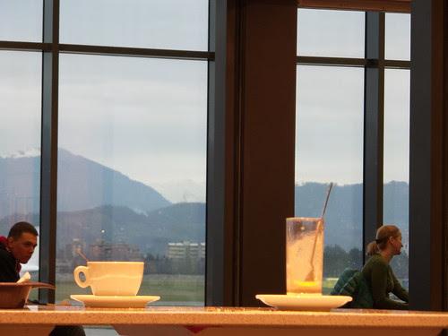 Pausa caffè, prima del volo by Ylbert Durishti