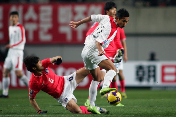 Hwang Jae-Won (L) of South Korea and Jong Tae-Se of North Korea compete for the ball during the 2010 FIFA World Cup Asian qualifier match between South Korea and North Korea at Seoul World Cup Stadium on April 1, 2009 in Seoul, South Korea.  (Photo by Koji Watanabe/Getty Images) *** Local Caption *** Jong Tae-Se;Hwang Jae-Won