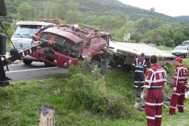 Caminhão tomba, bloqueia duas faixas e motorista morre na freeway, em Santo Antônio da Patrulha Ronaldo Bernardi/Agencia RBS