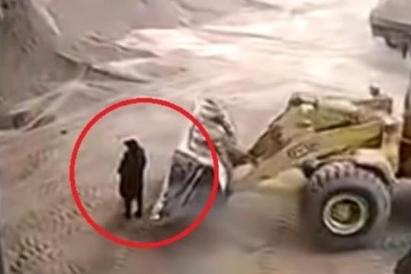 fc7b909d79c Video  una pala mecánica atrapó por error a una mujer y la mató