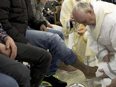 Papa Francisco lava pés de um detento na prisão juvenil Casa del Marmo, em Roma. 28/03/2013 Foto: Osservatore Romano / Reuters