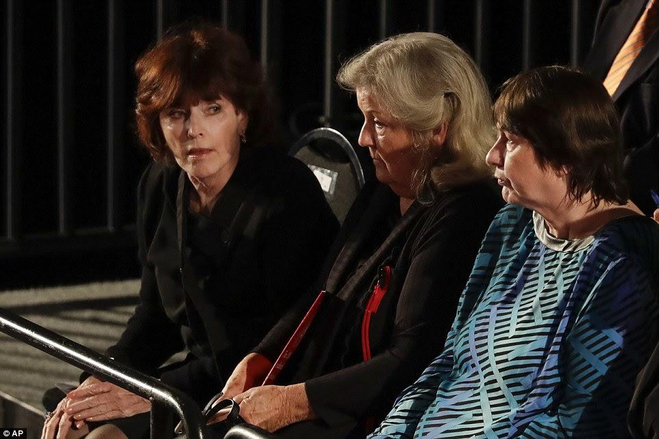 Kathleen Willey, Juanita Broaddrick e Kathy Shelton sentar na platéia antes do debate entre candidato presidencial republicano Donald Trump e candidato presidencial democrata Hillary Clinton