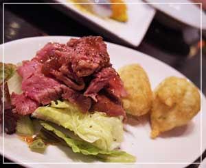 赤坂「CAFE&WINE OSCAR」にて、前菜がローストビーフだ!豪華だ!