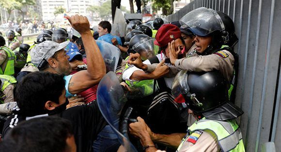 """""""Bandas armadas destruyen y matan lo que sea ante una policía poco menos que indefensa"""", dice Atilio Borón sobre la siituación en Venezuela. Foto: Carlos Garcia Rawlins/ Reuters,"""