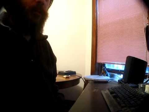 video que muestra como una ardilla le roba comida a un hombre