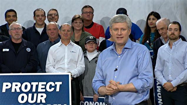 Stephen Harper en conférence de presse à Whitby, en Ontario.