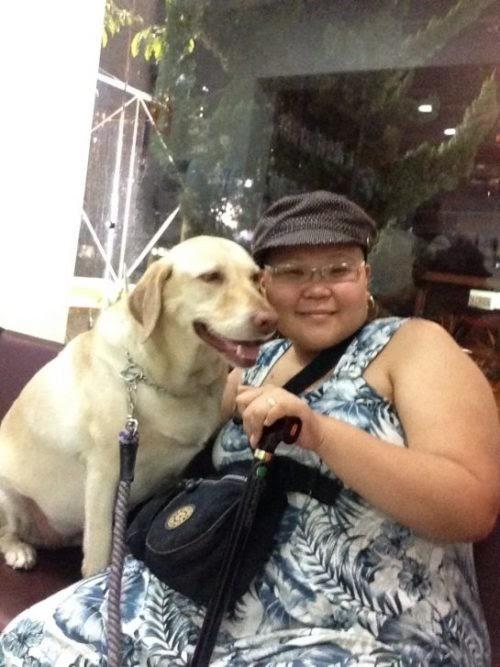 Amiga de todas las horas, una perrita cuida a su dueña con cáncer las 24 horas del día