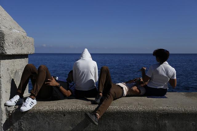 Dos parejas de adolescentes en el malecón de La Habana. Durante 2016, 77 por ciento de las mujeres cubanas en edad fértil con pareja utilizaban anticonceptivos, mientras que 42 por ciento de las mujeres embarazadas lo interrumpieron en forma voluntaria. Crédito: Jorge Luis Baños/IPS