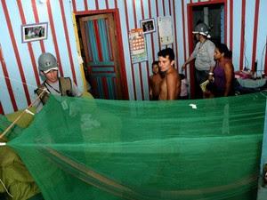 Instalação de mosquiteiro em casa do distrito de Nazaré, no Rio Madeira (Foto: Agência ImagemNews/Divulgação)