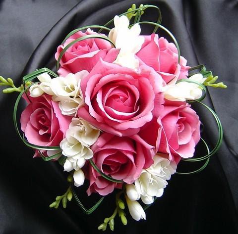 Hoa cưới thường là hoa hồng - Loại hoa biểu trưng cho tình yêu.