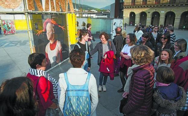 Visita guiada. La artista Andrea Villamor dirige una de las visitas por la exposición de obras seleccionadas para esta edición. / F. DE LA HERA