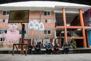 Migrantes almuerzan en un albergue de Tenosique