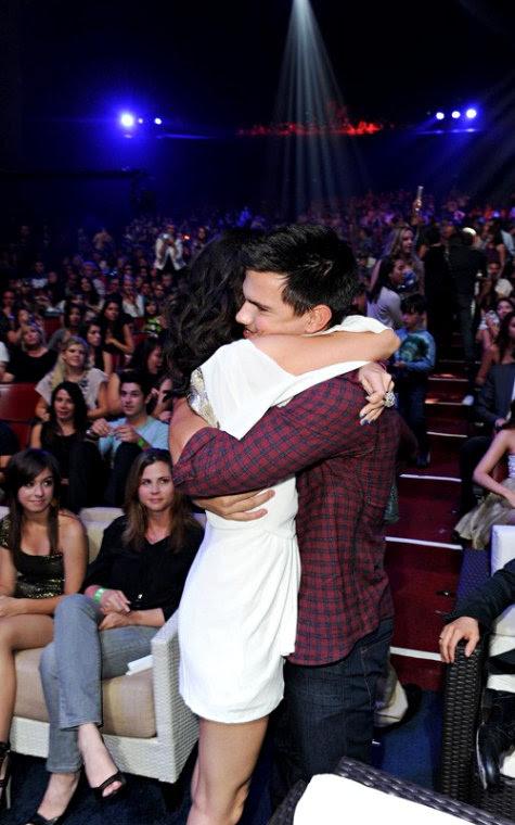 Selena Gomez Taylor Lautner Hugging. Twilight hunk, Taylor Lautner,