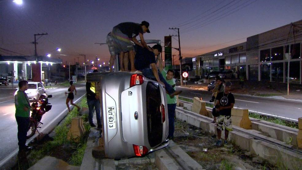 Motorista capotou nos trilhos do VLT, em Várzea Grande (Foto: TVCA/Reprodução)
