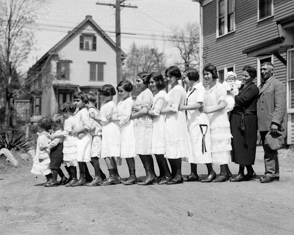 Como uma família com 13 filhos era empilhada em um carro em 1925 09