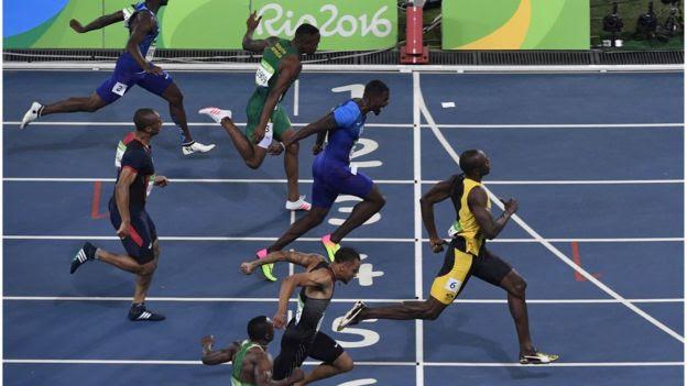 Usain Bolt cruza a linha de chegada dos 100 metros no Rio