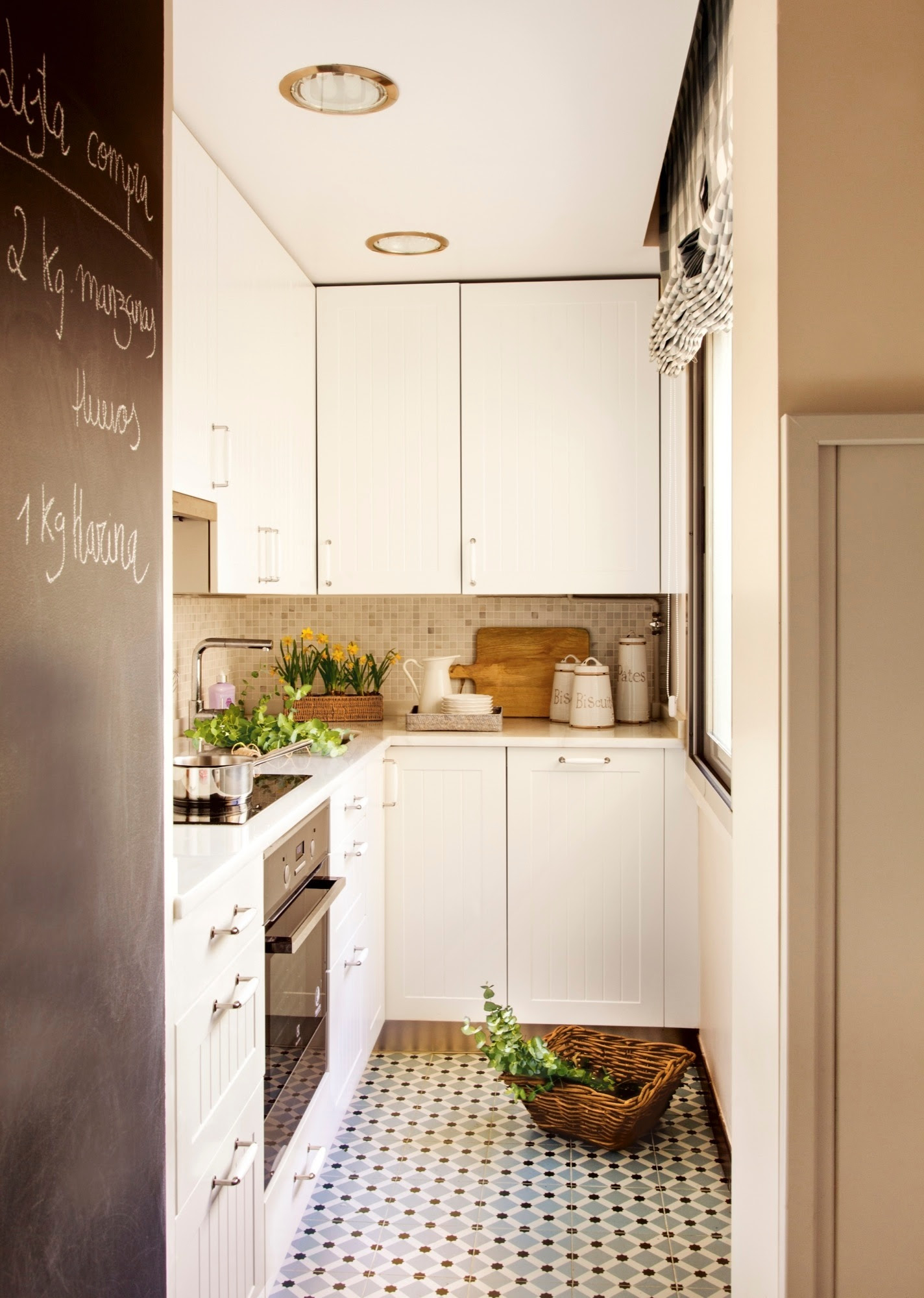 00400776. Cocina mini con mobiliario en blanco