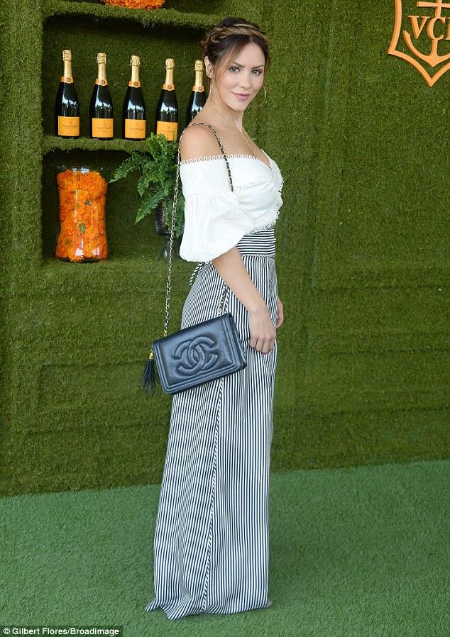 Fator Wow: a estrela da tela Katharine McPhee optou por piscar uma sugestão de seu estômago