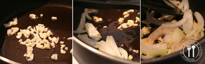 Verhit de olie in een grote koekenpan of wok, knoflook toevoegen en bak tot dat ze bijna licht goudbruin worden. Voeg reepjes ui toe en eventjes roerbakken, voeg daarna garnalen toe en roerbakken 1-2 minuten tot ze bijna gaar zijn.