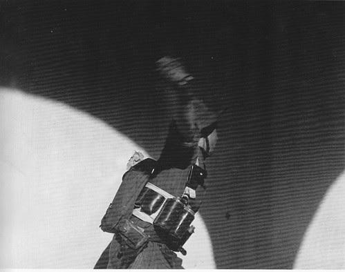 Miliciano arrojando una granada de mano en Toledo en la Guerra Civil. Septiembre de 1936. Fotografía de Hans Namuth/Georg Reisner