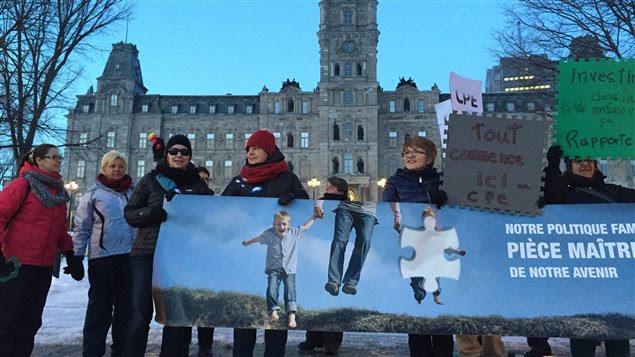 Des manifestants réclament un réinvestissement dans les CPE.