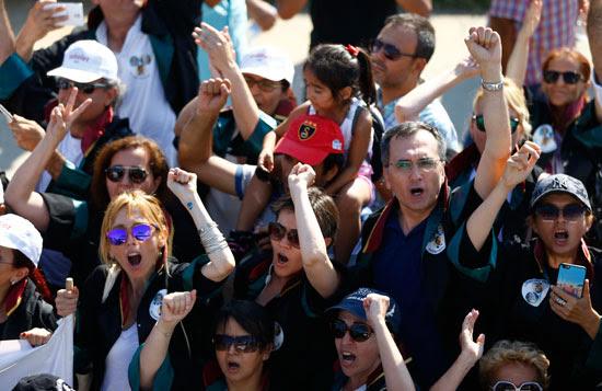 متظاهرون يهتفون ضد أردوغان