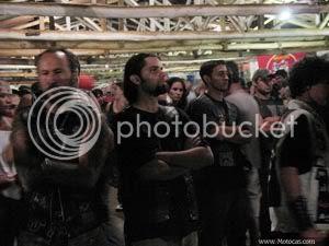 foto quatro motociclistas de semblante sério e braços cruzados assistem ao show